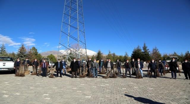Develide 12 bin ceviz ağacı dağıtıldı