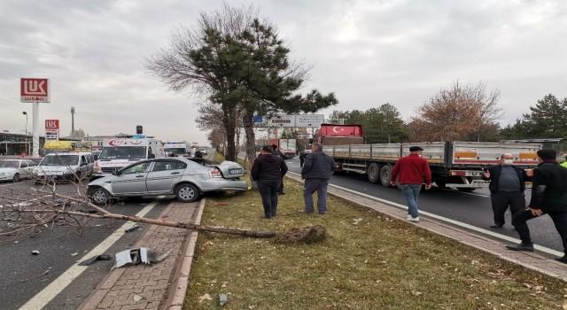 Kayseride 4 aracın karıştığı trafik kazasında 2 kişi yaralandı