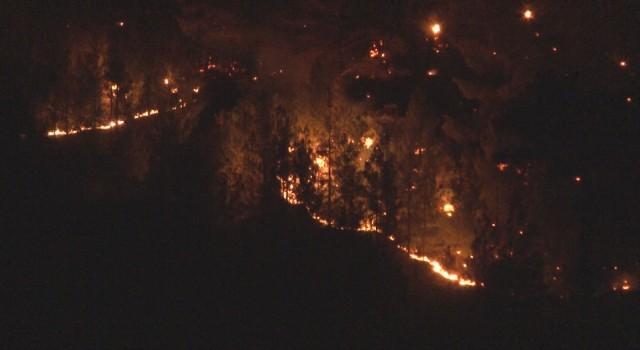 Kayserideki yangında alevler geceyi aydınlattı