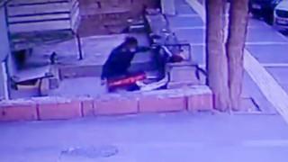 Kayseride 2 hırsızın motosikleti çalma anı kameralara yansıdı