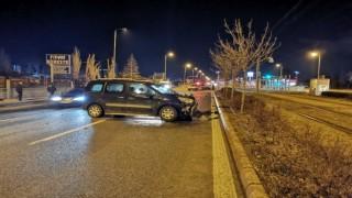 Hafif ticari araçlar çarpıştı, tramvay durağı zarar gördü