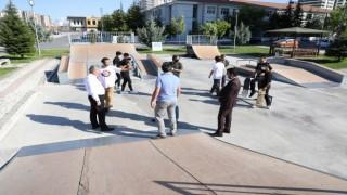 Başkan Palancıoğlundan kaykaycı gençlere parkur yenileme sözü