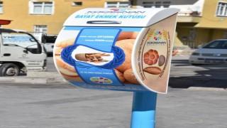 Kocasinanda bayat ekmekler sokak hayvanlarına mama oluyor