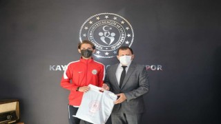 Yarı maratonda madalya kazanan Atletler İl Müdürü Kabakcıyı ziyaret etti